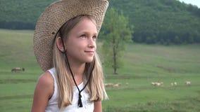 Portrait d'enfant sur le pâturage, agriculteur Girl et mouton de pâturage, berger d'enfant dans le domaine banque de vidéos