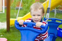 Portrait d'enfant sur une oscillation Photos stock