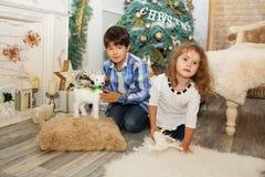 Portrait d'enfants heureux - garçon et fille Petits enfants dans Chri Photographie stock libre de droits