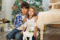Portrait d'enfants heureux - garçon et fille Petits enfants dans Chri Photo libre de droits