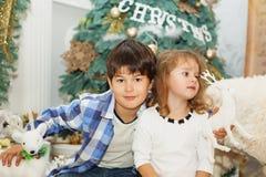 Portrait d'enfants heureux - garçon et fille Petits enfants dans Chri Image libre de droits