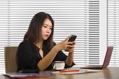 Portrait d'entreprise de société de jeune beau et occupé travailler coréen asiatique de femme occupé au bureau moderne d'ordinate photo stock