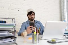 Portrait d'entreprise du jeune homme d'affaires attirant hispanique de hippie travaillant au siège social moderne Images stock