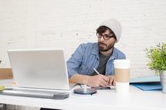 Portrait d'entreprise du jeune homme d'affaires attirant hispanique de hippie travaillant au siège social moderne Image stock