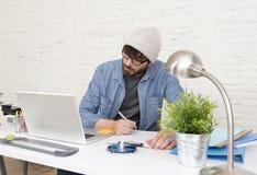 Portrait d'entreprise du jeune homme d'affaires attirant hispanique de hippie travaillant au siège social moderne Photo stock