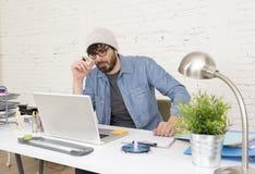 Portrait d'entreprise du jeune homme d'affaires attirant hispanique de hippie travaillant au siège social moderne Photos stock