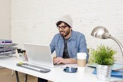 Portrait d'entreprise du jeune homme d'affaires attirant hispanique de hippie travaillant au siège social moderne Photographie stock