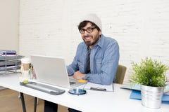 Portrait d'entreprise du jeune homme d'affaires attirant hispanique de hippie travaillant au siège social moderne Image libre de droits
