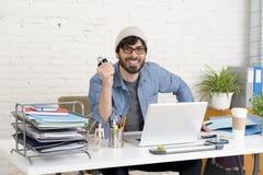 Portrait d'entreprise du jeune homme d'affaires attirant hispanique de hippie travaillant au siège social moderne Photos libres de droits
