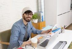 Portrait d'entreprise du jeune homme d'affaires hispanique de hippie travaillant au siège social d'ordinateur Image libre de droits