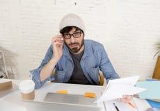 Portrait d'entreprise du jeune homme d'affaires hispanique de hippie travaillant au siège social d'ordinateur Image stock