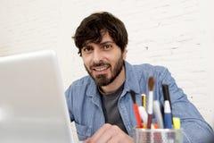 Portrait d'entreprise du jeune homme d'affaires hispanique de hippie travaillant au siège social d'ordinateur Photos libres de droits