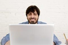 Portrait d'entreprise du jeune homme d'affaires hispanique de hippie travaillant au siège social d'ordinateur Photo libre de droits