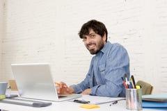 Portrait d'entreprise du jeune homme d'affaires hispanique de hippie travaillant au siège social d'ordinateur Images libres de droits