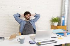 Portrait d'entreprise du jeune homme d'affaires hispanique de hippie travaillant au siège social d'ordinateur Photographie stock libre de droits