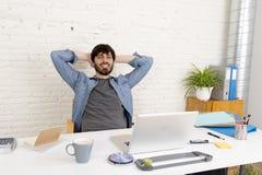 Portrait d'entreprise du jeune homme d'affaires hispanique de hippie travaillant au siège social d'ordinateur Photographie stock