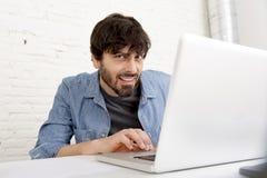 Portrait d'entreprise du jeune homme d'affaires hispanique de hippie travaillant au siège social d'ordinateur Photos stock