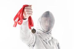 Portrait d'escrimeur professionnel dans le masque de clôture tenant la médaille Photographie stock
