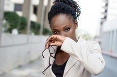 Portrait d'extérieur debout de jeune femme d'affaires Image stock