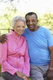 Portrait d'habillement courant de port de couples supérieurs d'Afro-américain en parc Image libre de droits