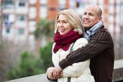 Portrait d'heureux couples mûrs positifs dans la ville Photos stock