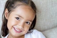 Portrait d'heureux, positif, souriant, fille espiègle Photographie stock