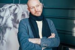 Portrait d'historien chauve réussi adulte attirant de critique d'art d'homme avec la barbe dans l'écharpe dans la galerie d'art images libres de droits