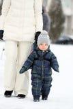 Portrait d'hiver de garçon d'enfant en bas âge avec la mère Photos libres de droits