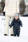 Portrait d'hiver de garçon d'enfant en bas âge avec la mère Photos stock