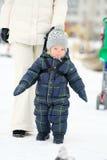 Portrait d'hiver de garçon d'enfant en bas âge avec la mère Images libres de droits