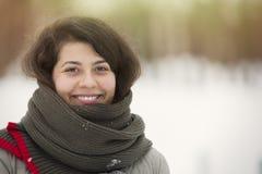 Portrait d'hiver de jeune belle fille de brune avec l'écharpe couverte dans la neige Concept de chute de neige de mode de beauté  images libres de droits