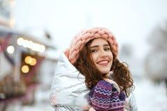 Portrait d'hiver de la jeune dame de belle brune utilisant l'équipement à la mode chaud, marchant à la foire de Noël à Kiev L'esp photo stock