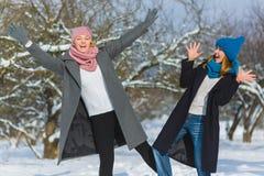 Portrait d'hiver des amies de femelle de mode Concept d'affection et d'amitié pour toujours Photos libres de droits