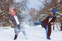 Portrait d'hiver des amies de femelle de mode Concept d'affection et d'amitié pour toujours Image libre de droits