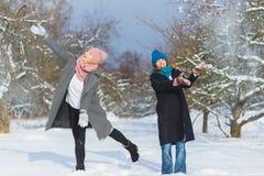 Portrait d'hiver des amies de femelle de mode Concept d'affection et d'amitié pour toujours Photographie stock