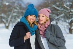 Portrait d'hiver des amies de femelle de mode Concept d'affection et d'amitié pour toujours Images libres de droits