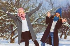 Portrait d'hiver des amies de femelle de mode Concept d'affection et d'amitié pour toujours Photo libre de droits