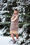 Portrait d'hiver : Jeune jolie femme habillé dans des vêtements de laine chauds posant dehors photos stock