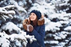 Portrait d'hiver : Jeune jolie fille habillée dans vêtements de laine chauds, écharpe et tête couverte posant l'extérieur images stock