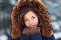 Portrait d'hiver : Jeune jolie fille habillée dans vêtements de laine chauds, écharpe et tête couverte posant l'extérieur photos libres de droits