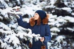 Portrait d'hiver : Jeune jolie fille habillée dans vêtements de laine chauds, écharpe et tête couverte posant l'extérieur image stock