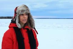 Portrait d'hiver d'une femme utilisant un chapeau d'aviation et une veste rouge photo stock