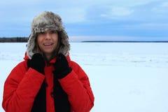 Portrait d'hiver d'une femme utilisant un chapeau velu d'aviation et une veste rouge photo libre de droits