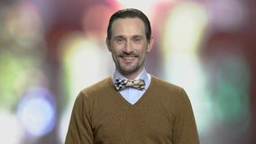 Portrait d'homme élégant de sourire avec la barbe clips vidéos