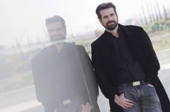 Portrait d'homme adulte avec la veste Photo libre de droits