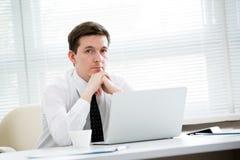 Portrait d'homme d'affaires dans un bureau photographie stock libre de droits