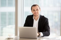 Portrait d'homme d'affaires de sourire bel au travail dans le bureau Photographie stock