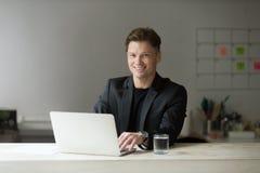 Portrait d'homme d'affaires de sourire bel dans le costume dans le bureau Images stock
