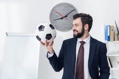 portrait d'homme d'affaires de sourire tenant le ballon de football photo libre de droits