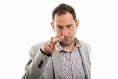 Portrait d'homme d'affaires faisant le ` m d'I vous observant faire des gestes Photos libres de droits